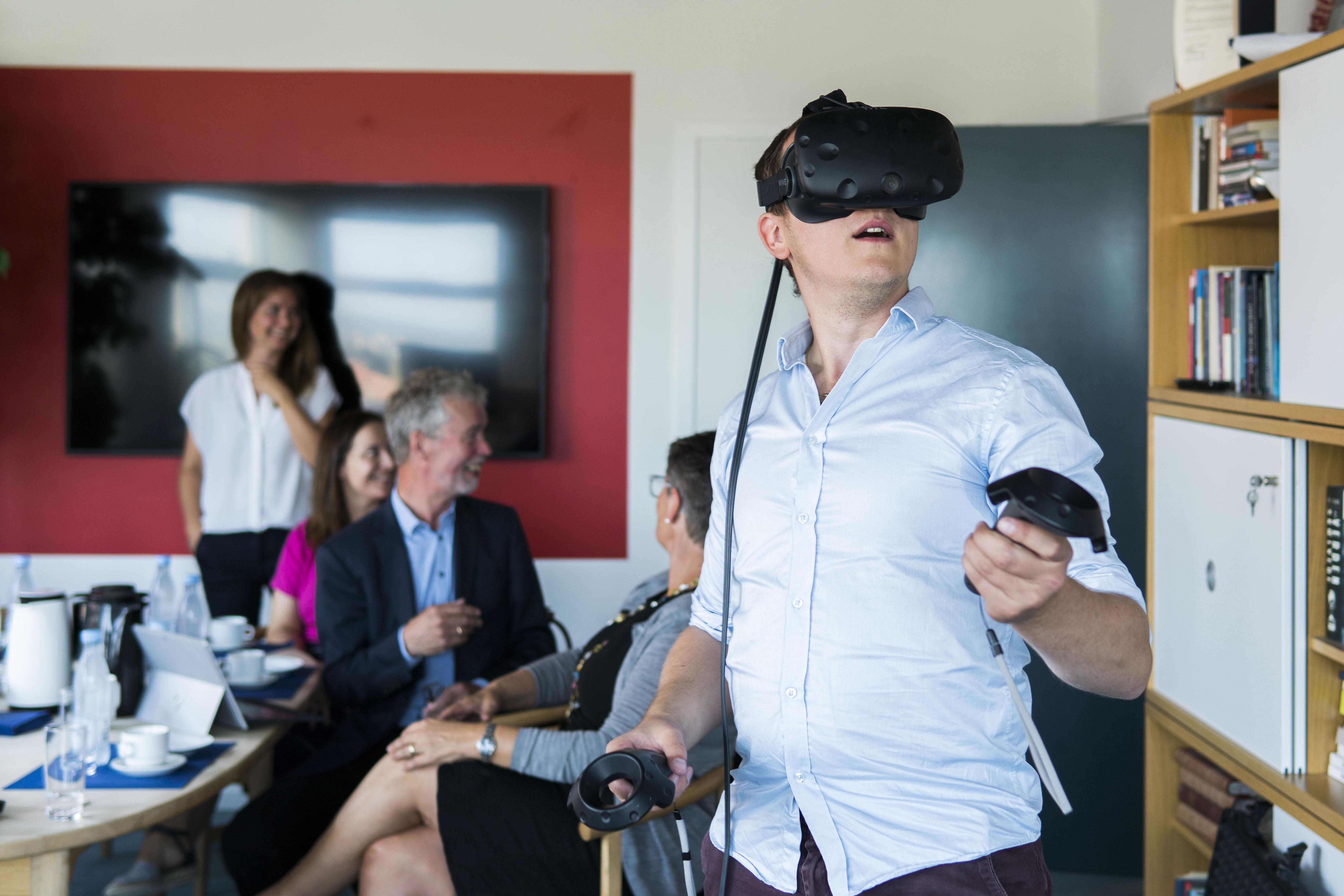 Elever på detailhandelsuddannelsen kommer snart til at kunne arbejde med butiksdrift, salg og visuel merchandising i Virtual Reality (VR).   eVidenCenter har netop opnået støtte fra Region Midtjylland til et VR-projekt i samarbejde med Aarhus Business College, Viden Djurs og Dansk Supermarked Group.